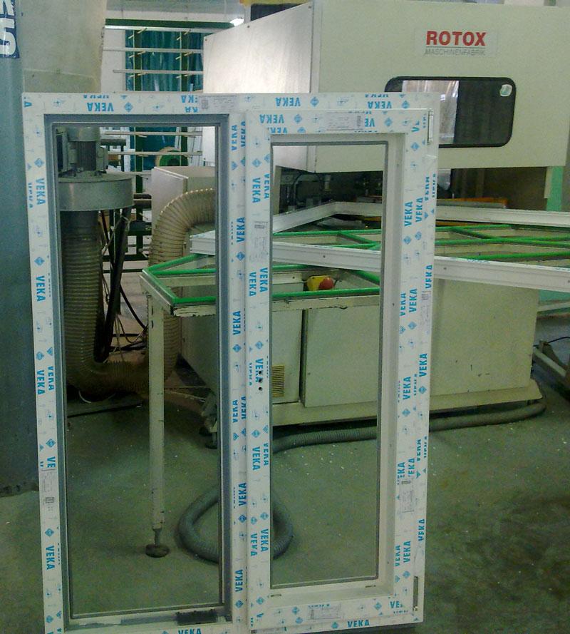 Окно класса Lux на производстве. Собранное окно без заполнения