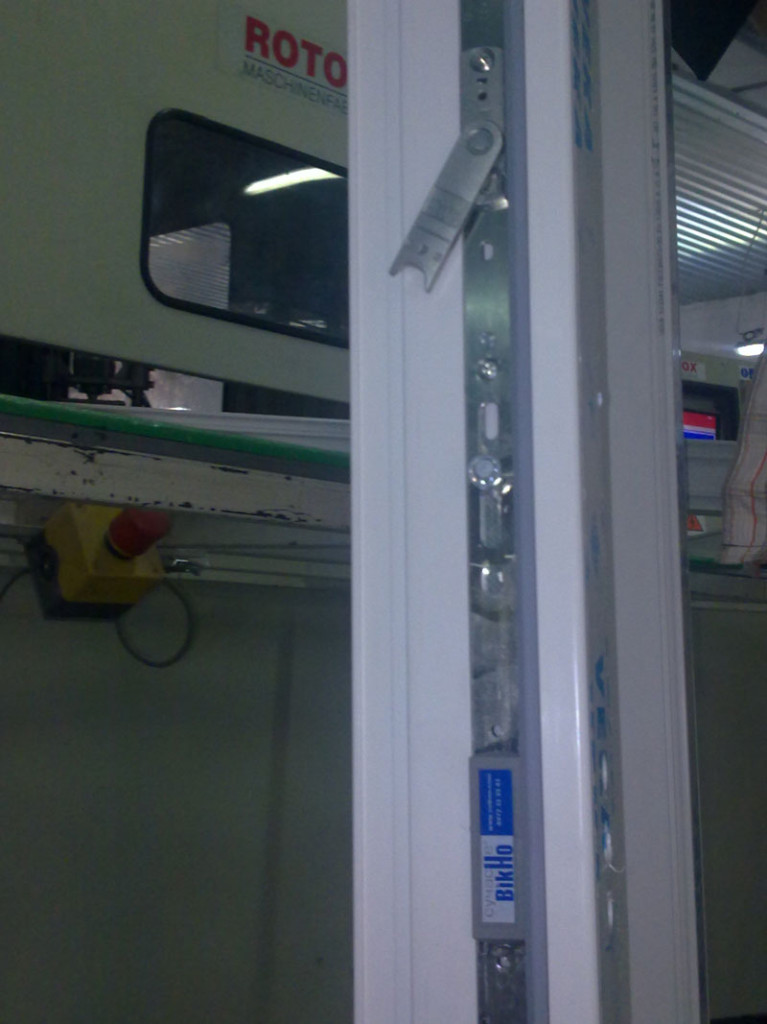 Окно класса Lux на производстве. Створка обвязана фурнитурой Winkhaus activPilot